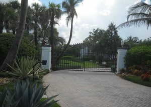 Jupiter Island gateway seen from bicycle route