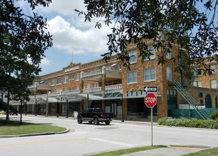 Hotel Jacaranda in Avon Park (Photo: Bonnie Gross)